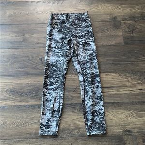 "LULULEMON Black White Print Wunder Under 25"" Sz 4"